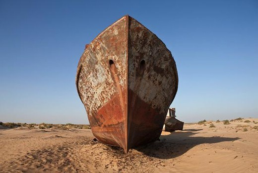 Uzbekistan, Moynaq, rusty boats beached in the desert which used to be the Aral Sea : Stock Photo