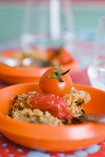 Tomato and herb crumble : Stock Photo