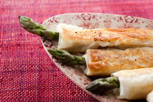 Asparagus wraps : Stock Photo