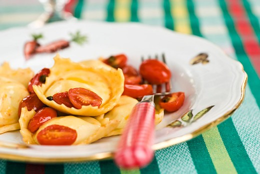 Ricotta ravioli with pan fried tomatoes : Stock Photo