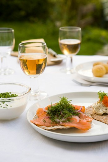 Crisp bread topped with smoked salmon and fresh dill : Stock Photo