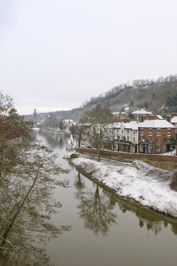 England, Shropshire, Ironbridge. Snow on the banks of the River Severn at Ironbridge, Telford. : Stock Photo