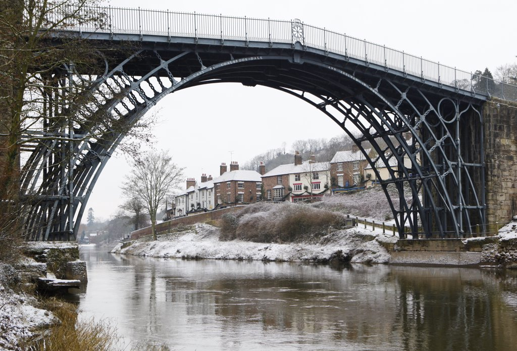 England, Shropshire, Ironbridge. The famous Iron Bridge over the River Severn at the Ironbridge Gorge in Winter. : Stock Photo