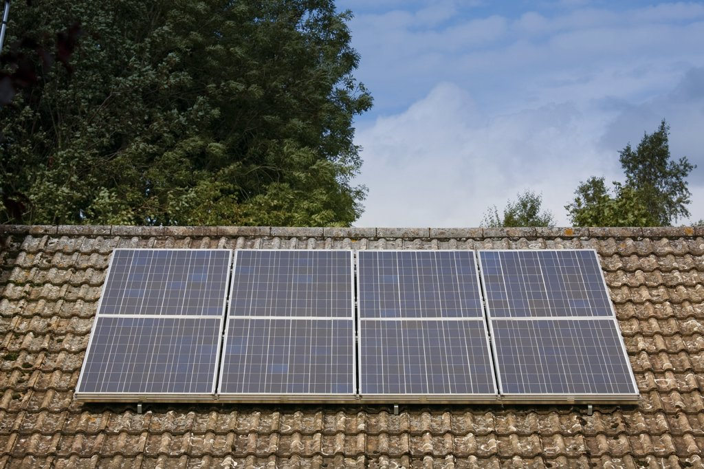 England, Warwickshire, Warwick. Solar panels fitted to the roof of a bungalow. Solar panels make use of renewable energy from the sun, and are a clean and environmentally sound means of collecting solar energy. : Stock Photo
