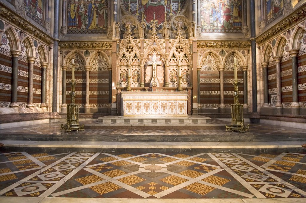 England, Oxfordshire, Oxford. Altar in the Chapel of Keble College. The foundation stone for the chapel was laid on St Mark's Day 1873 and was officially opened on the same day in 1876. : Stock Photo