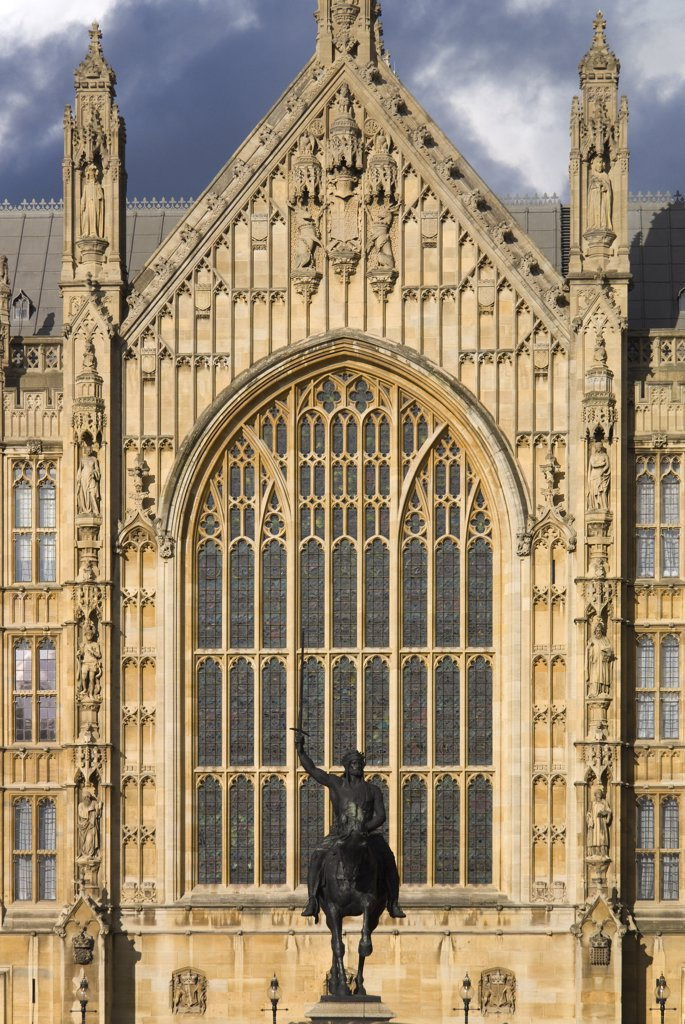 England, London, Westminster. The statue of Richard the Lionheart in front of the Palace of Westminster. : Stock Photo