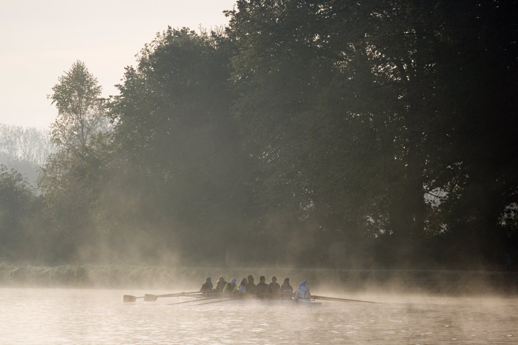 England, Oxfordshire, Oxford. Rowing practice on the River Thames at Oxford on an early winter morning. : Stock Photo