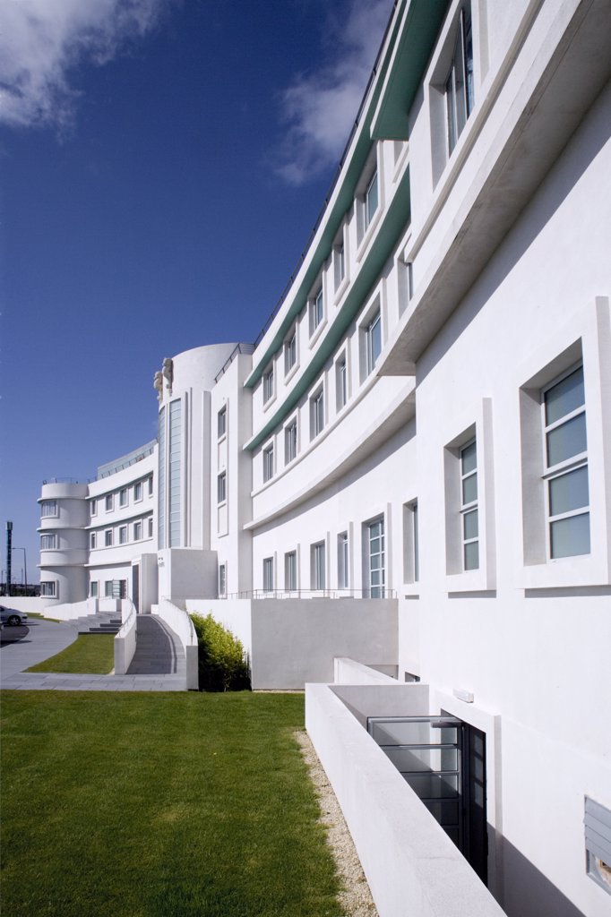 England, Lancashire, Morecambe Bay. The front of the Midland Hotel, an Art-Deco classic on the seafront in Morecambe Bay. : Stock Photo