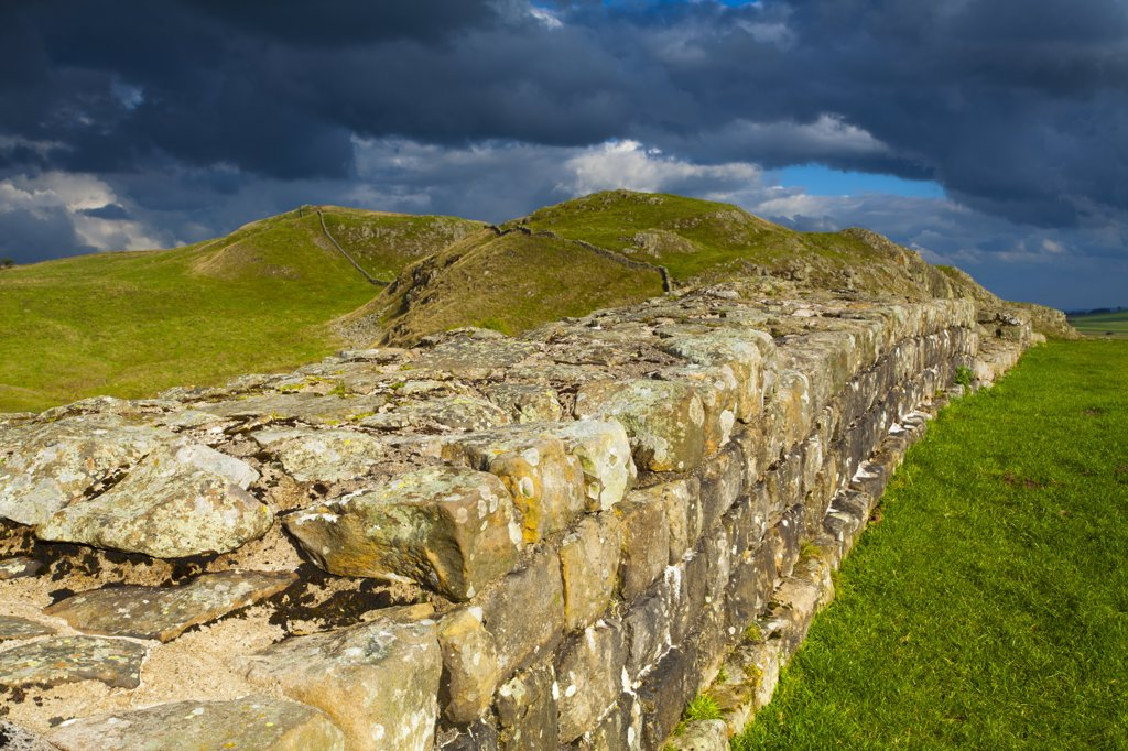 England, Northumberland, Caw Gap. A well preserved stretch of Hadrian's Wall passing along Caw Gap in Northumberland National Park. : Stock Photo