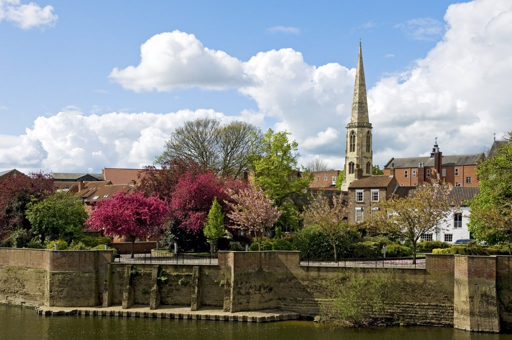 England, North Yorkshire, York. The parish church of All Saints, North Street, situated in the centre of the medieval city of York by the River Ouse in Spring. : Stock Photo