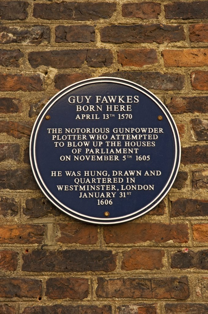 England, North Yorkshire, York. A plaque on a wall in High Petergate marking the birthplace of Guy Fawkes (Gunpowder plotter) on April 13th 1570. : Stock Photo