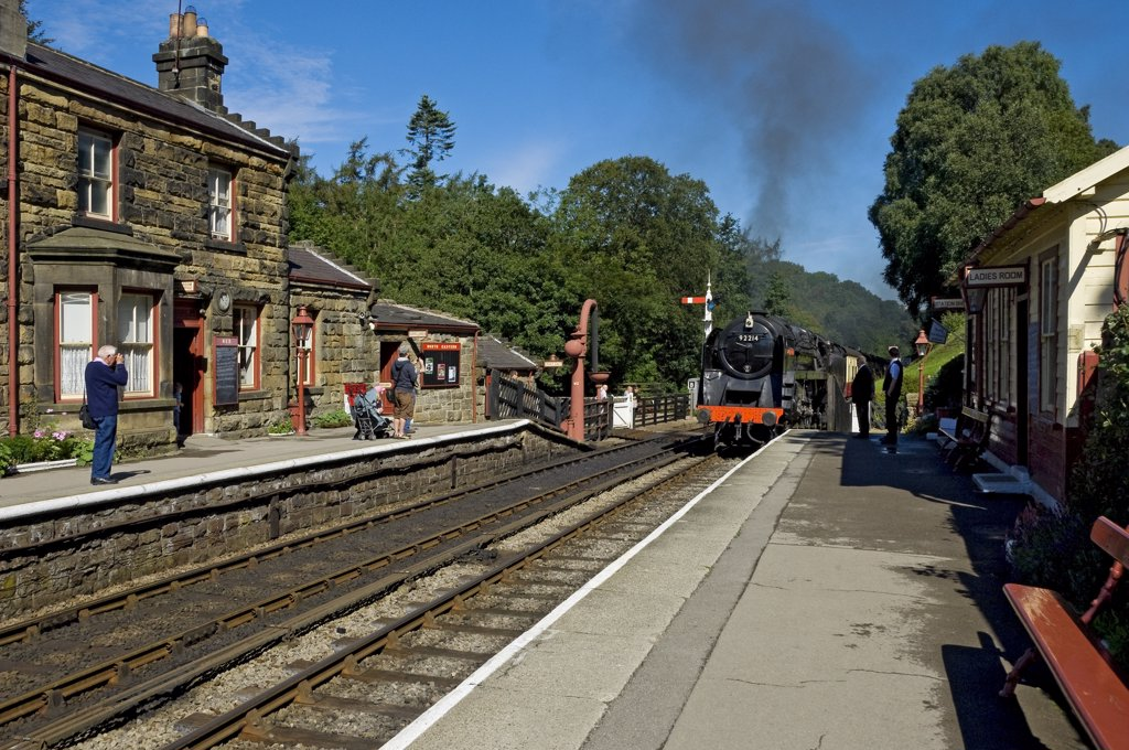 England, North Yorkshire, Goathland. Steam Train 92214 'Cock O the North' entering Goathland railway station on the North Yorkshire Moors Railway. : Stock Photo