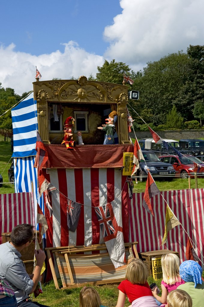 England, North Yorkshire, Gargrave. Young children enjoying a Punch and Judy at Gargrave Show, an annual country show near Skipton. : Stock Photo