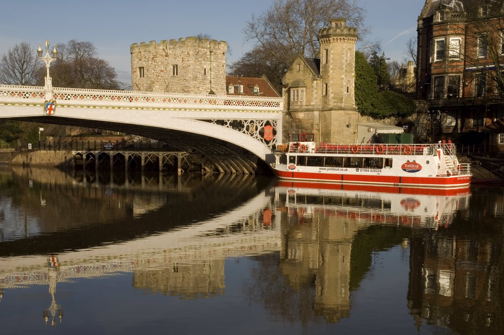 England, North Yorkshire, York. Lendal Bridge and a pleasure boat on River Ouse in York. : Stock Photo