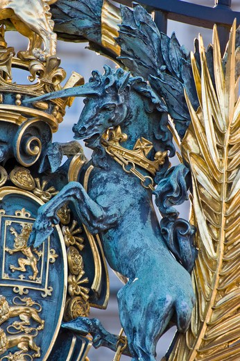 England, London, Westminster. Detail of a heraldic Unicorn on the Royal coat of arms of the United Kingdom on the central gate of Buckingham Palace. The arms are used by Queen Elizabeth ll as reigning monarch and are known as her Arms of Dominion : Stock Photo