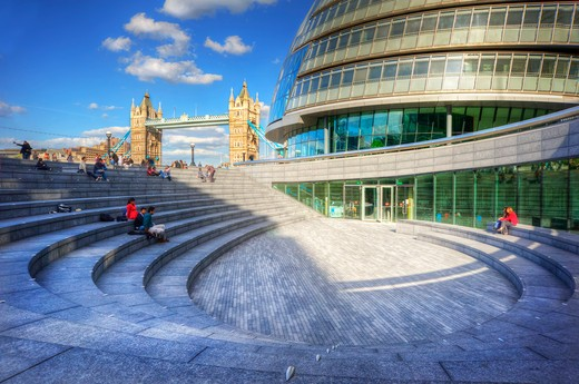 England, London, South Bank. The Scoop ampitheatre outside City Hall on the South Bank of the River Thames with Tower Bridge in the background. : Stock Photo