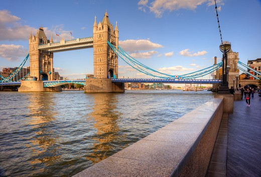 England, London, Tower Bridge. Tower Bridge, one of London's most iconic landmarks spanning the River Thames. The bridge was designed by Sir Horace Jones and Sir John Wolfe Barry and completed in 1894. : Stock Photo