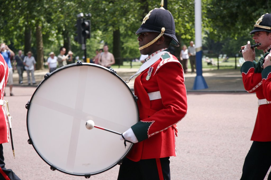 England, London, The Mall. A military band parades down the Mall near to Buckingham Palace. : Stock Photo