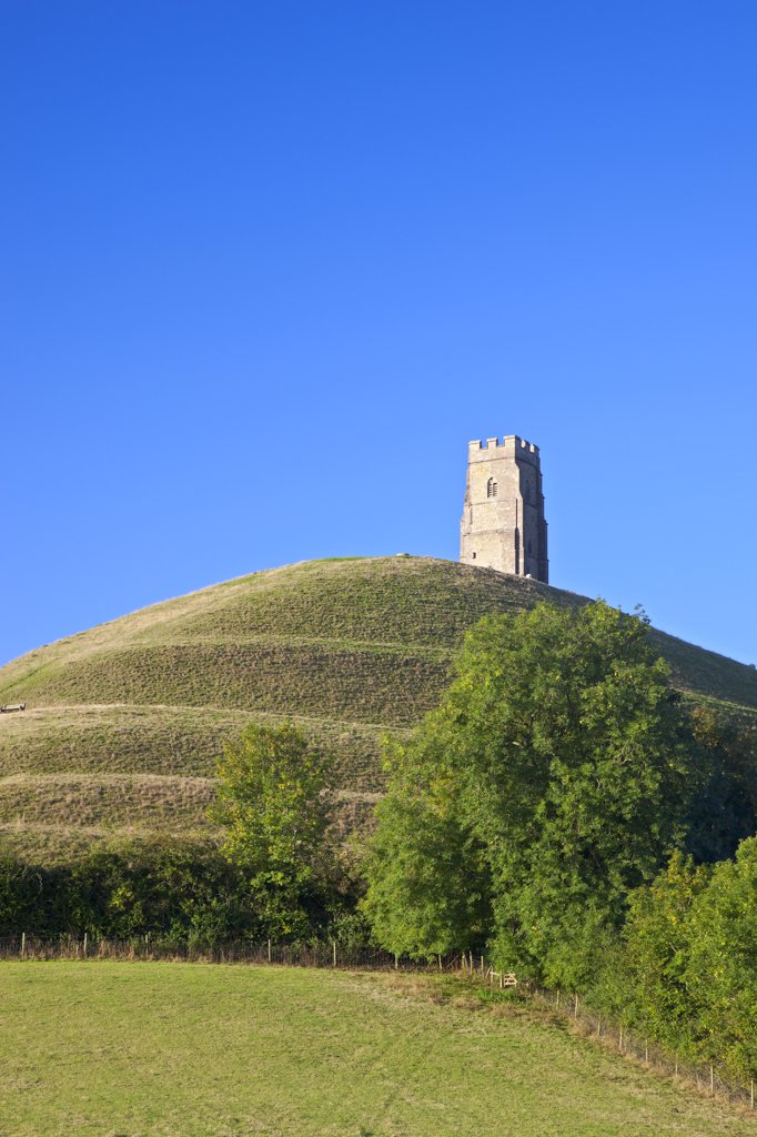 England, Somerset, Glastonbury. St. Michael's Tower on top of Glastonbury Tor, a hill on the Somerset Levels associated with Avalon and the legend of King Arthur. : Stock Photo
