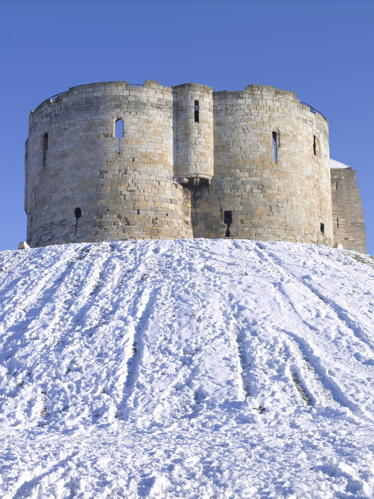 England, North Yorkshire, York. Clifford's Tower, a stone keep built in the 13th century, on top of a motte covered in snow. : Stock Photo