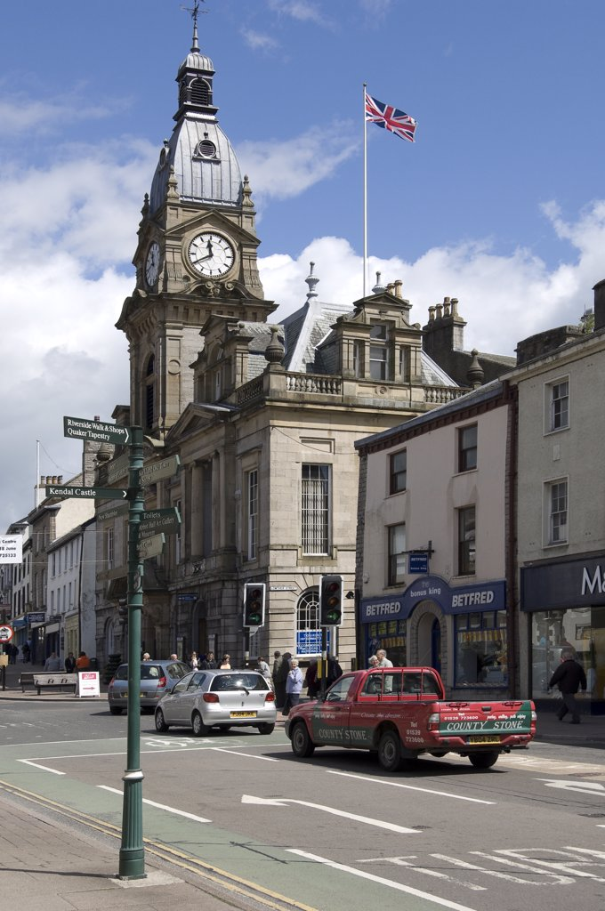 England, Cumbria, Kendal. Cars turning right at traffic lights by Kendal town hall in Stricklandgate. : Stock Photo