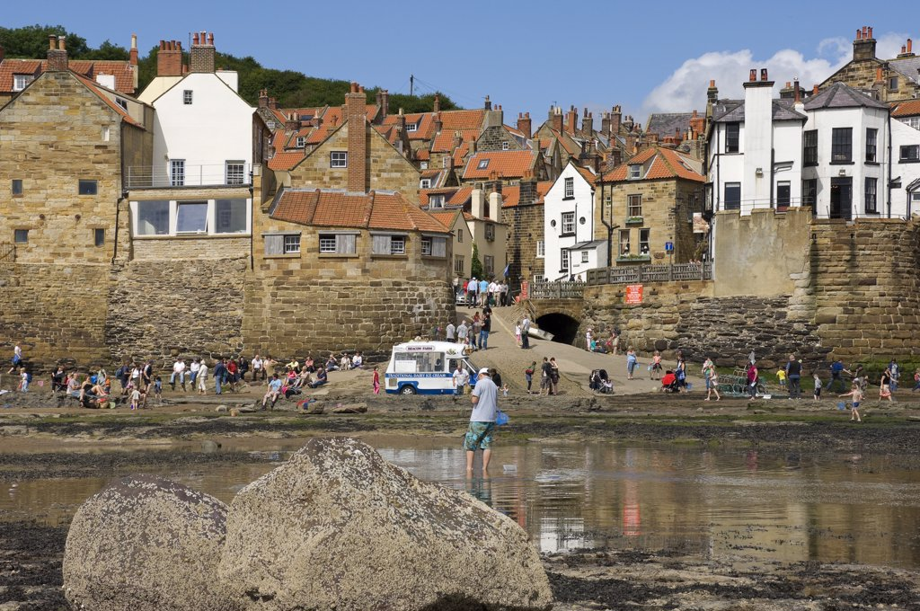 England, North Yorkshire, Robin Hoods Bay. The seashore at Robin Hoods Bay. The village marks the end of the Wainwright Coast to Coast Walk across the North of England which starts at St Bees in Cumbria. : Stock Photo