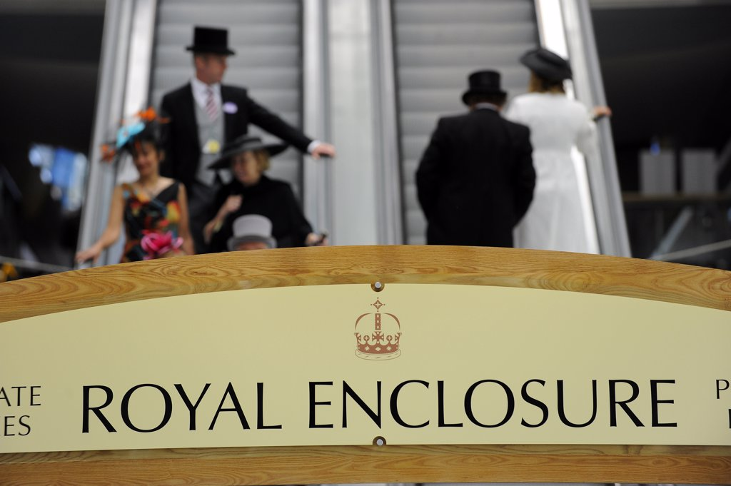 England, Berkshire, Ascot. Smartly dressed racegoers on the escalators leading to and from private boxes in the Royal Enclosure during day two of Royal Ascot 2010. : Stock Photo