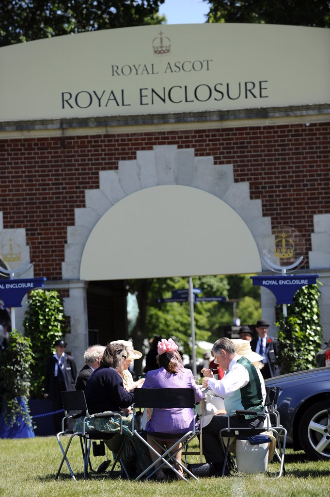Stock Photo: 4282-19072 England, Berkshire, Ascot. Smartly dressed racegoers enjoying a picnic lunch in the car park close to the Royal Enclosure during day two of Royal Ascot 2010.