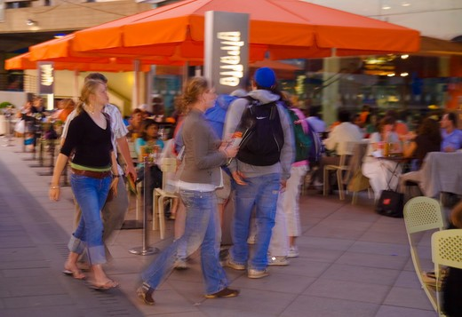 England, London, South Bank. A group of friends entering Giraffe, a cafe in the Southbank Centre behind the Royal Festival Hall. : Stock Photo