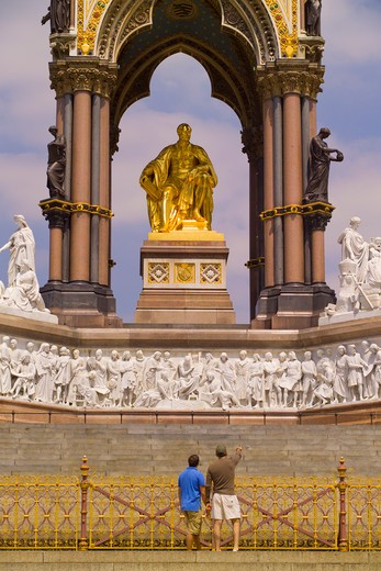 England, London, Kensington Gardens. Tourists admiring the Albert Memorial, designed by Sir George Gilbert Scott in the Gothic revival style, in Kensington Gardens. : Stock Photo