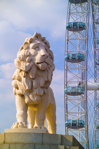 England, London, South Bank. The Coade Lion on the south side of Westminster Bridge with the London Eye in the background. : Stock Photo