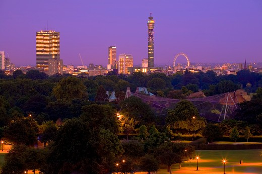 England, London, Primrose Hill. A view at dusk from Primrose Hill over Regent's Park towards London's iconic landmarks. : Stock Photo