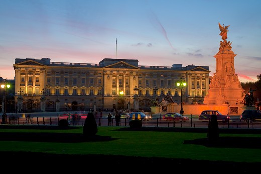England, London, Buckingham Palace. Traffic passing Buckingham Palace and Victoria Memorial at dusk. : Stock Photo