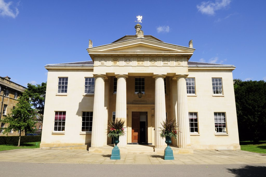 England, Cambridgeshire, Cambridge. The Maitland Robinson Library, built 1990-1992 at Downing College, a constituent college of the University of Cambridge. : Stock Photo