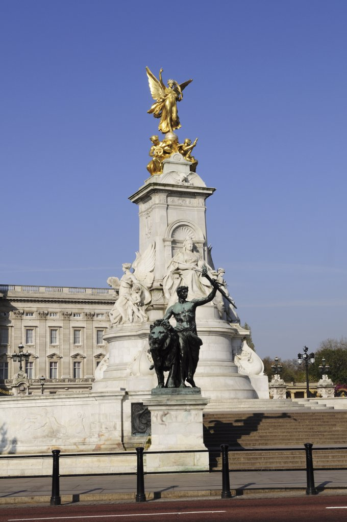 Stock Photo: 4282-2281 England, London, Buckingham Palace. The Queen Victoria Monument in Queen's Gardens outside Buckingham Palace.