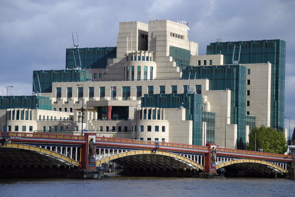 England, London, Vauxhall. The SIS Building (also known as the MI6 building), headquarters of the British Secret Intelligence Service on the south side of the River Thames by Vauxhall Bridge. : Stock Photo