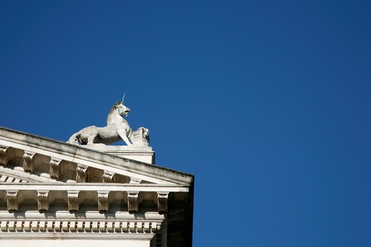 England, London, Millbank. Unicorn figure on the roof of Tate Britain. : Stock Photo