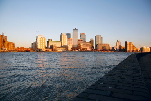 England, London, Canary Wharf. View across the River Thames from Rotherhithe to Canary Wharf. : Stock Photo