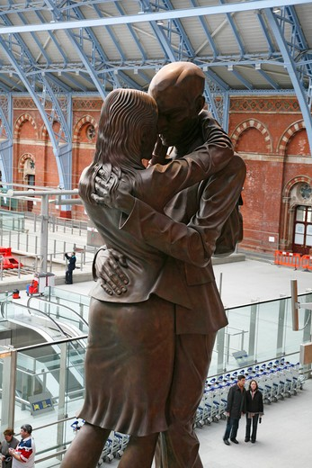 England, London, St Pancras. The Meeting Place statue in St Pancras Station. : Stock Photo