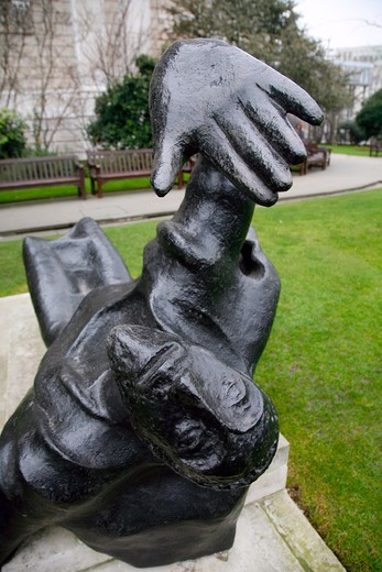 England, London, St Paul's Cathedral. Thomas A Becket sculpture in St Paul's Cathedral churchyard. : Stock Photo