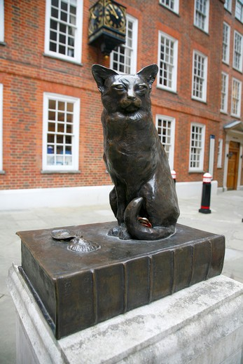 Stock Photo: 4282-24649 England, London, Gough Square. Statue of Dr Johnsons cat Hodge in Gough Square.