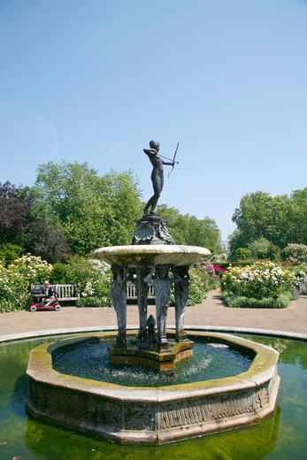 England, London, Hyde Park. Huntress Fountain in the Rose Garden in Hyde Park. : Stock Photo