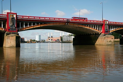 England, London, Vauxhall. Looking under Vauxhall Bridge up the River Thames to Battersea Power Station. : Stock Photo