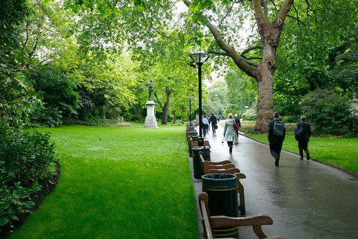 England, London, Victoria Embankment Gardens. Commuters walking through Victoria Embankment Gardens. : Stock Photo