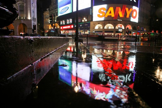 England, London, Piccadilly Circus. Rainy neon reflections at Piccadilly Circus. : Stock Photo
