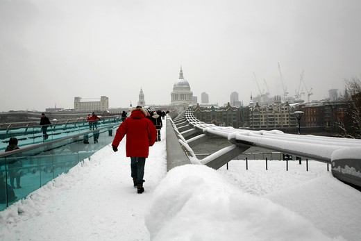 England, London, City of London. Looking along a snowbound Millennium Bridge to St Paul's Cathedral. : Stock Photo