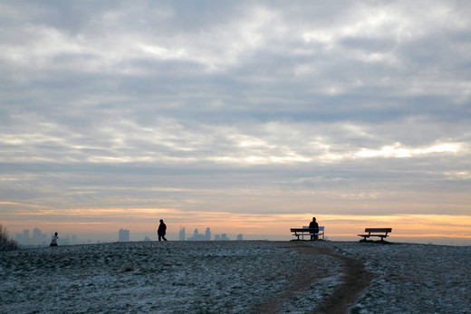 England, London, Hampstead Heath. Central London skyline seen from the top of a frosty Parliament Hill on Hampstead Heath. : Stock Photo