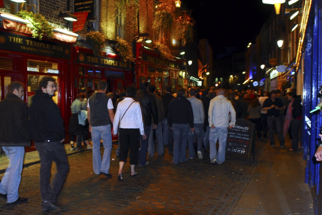 Republic of Ireland, Dublin, Temple Bar. Drinkers at night in the busy Temple Bar area of Dublin. : Stock Photo