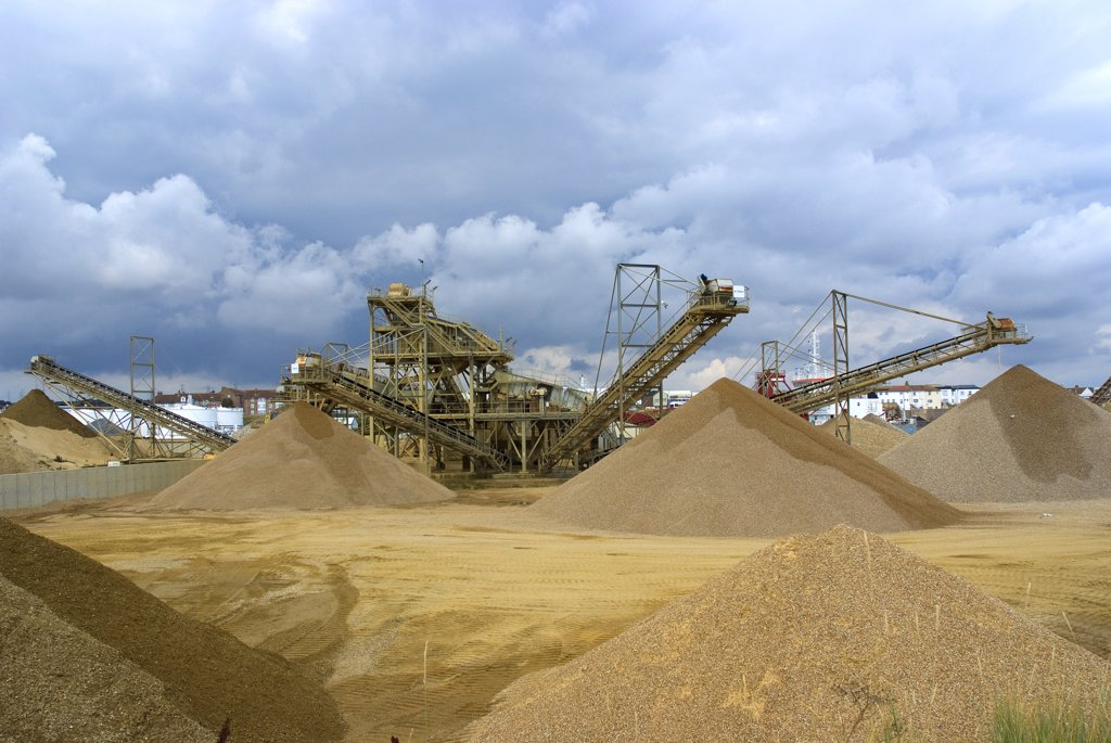 England, West Sussex, Portslade. Gravel Processing plant at Portslade. : Stock Photo