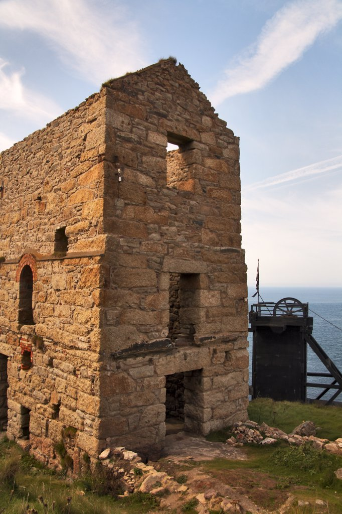 England, Cornwall, St Just. Afternoon sun reflects off a disused tin mine at Bottallack. : Stock Photo